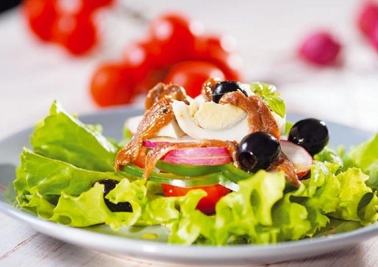Французский салат Нисуаз с анчоусами