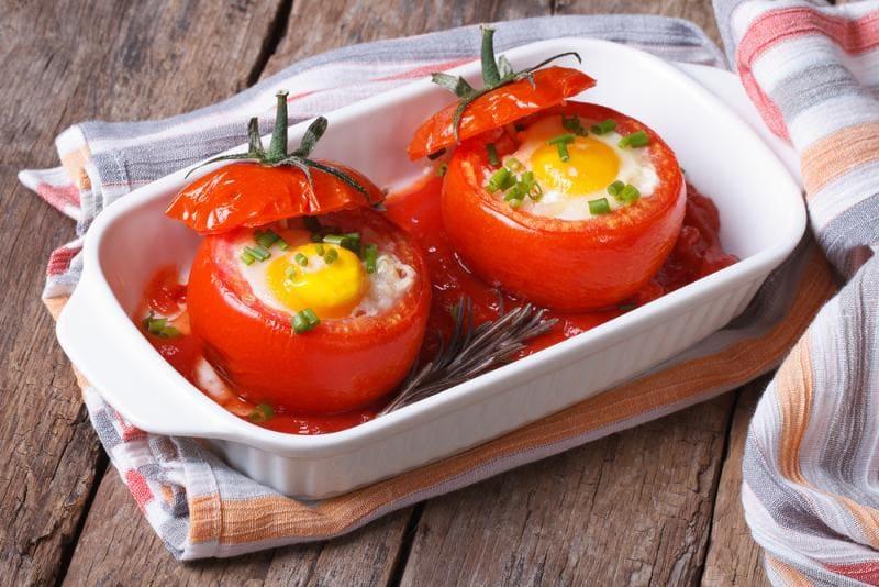 Запечённая яичница в помидоре