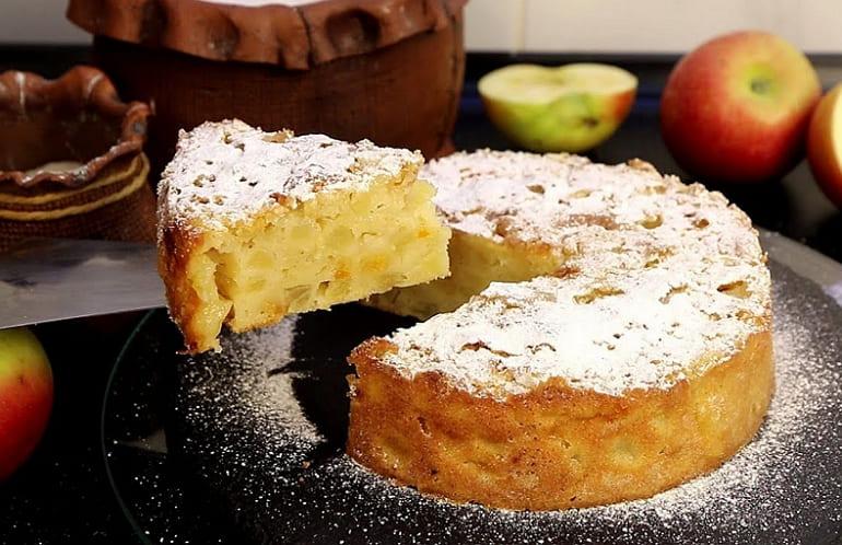 Шарлотка со сливочным маслом и яблоками
