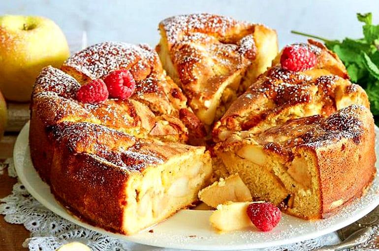 Вкусная шарлотка со сливочным маслом и яблоками