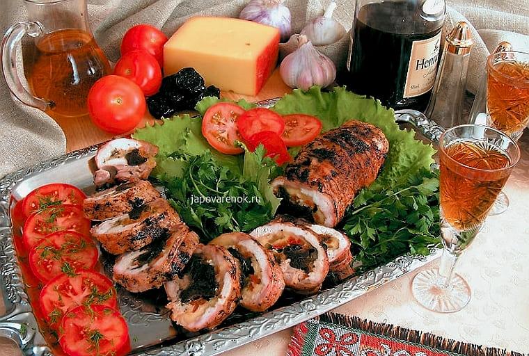 рулет из курицы с черносливом и курагой в духовке