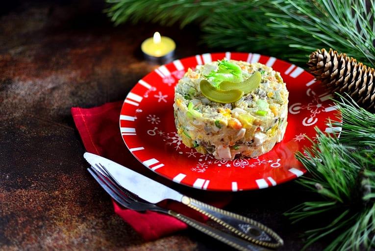 Новогодний салат Оливье с языком